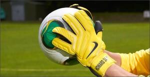 Nike-GK-Glove-Yellow-Play-Test-Img3